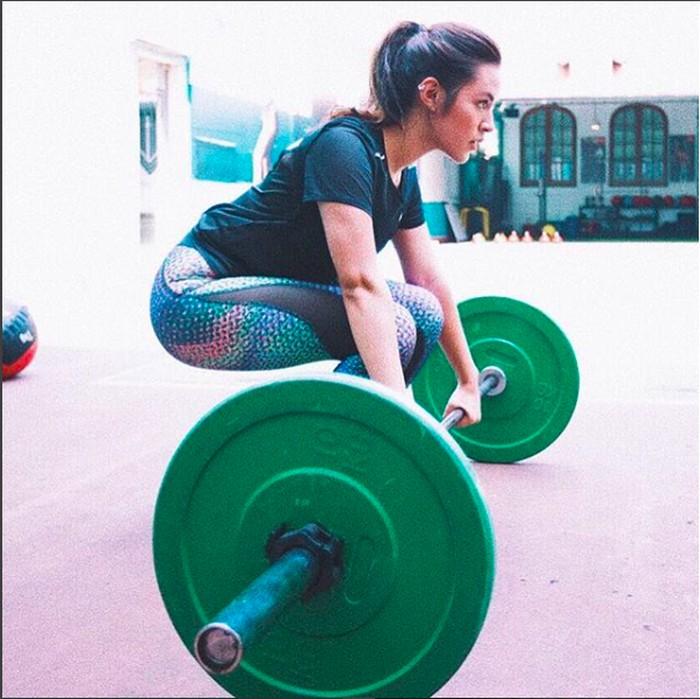 Angkat beban (weight lifting) merupakan jenis olahraga yang melatih kekuatan otot (Instagram @raisa6690)