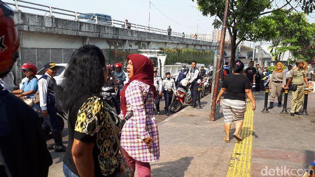 Sudinhub Jakpus beserta Satpol PP menertibkan trotoar di Jalan Jatibaru Raya, Gambir. Beberapa pedagang tidak terima karena barang dagangannya diangkut.