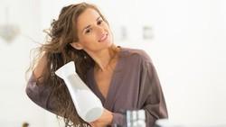 Masalah kesehatan seperti pusing atau flu bisa menghampiri ketika Anda kehujanan. Begini caranya tetap sehat meski sudah basah kuyup karena air hujan.