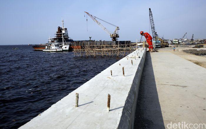 Proyek tanggul laut di utara Jakarta terus dikebut.
