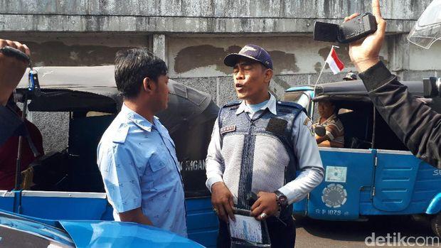 Barang hasil penertiban trotoar dibawa petugas Satpol PP menggunakan trukBarang hasil penertiban trotoar dibawa petugas Satpol PP menggunakan truk (Foto: Cici Marlina Rahayu/detikcom)
