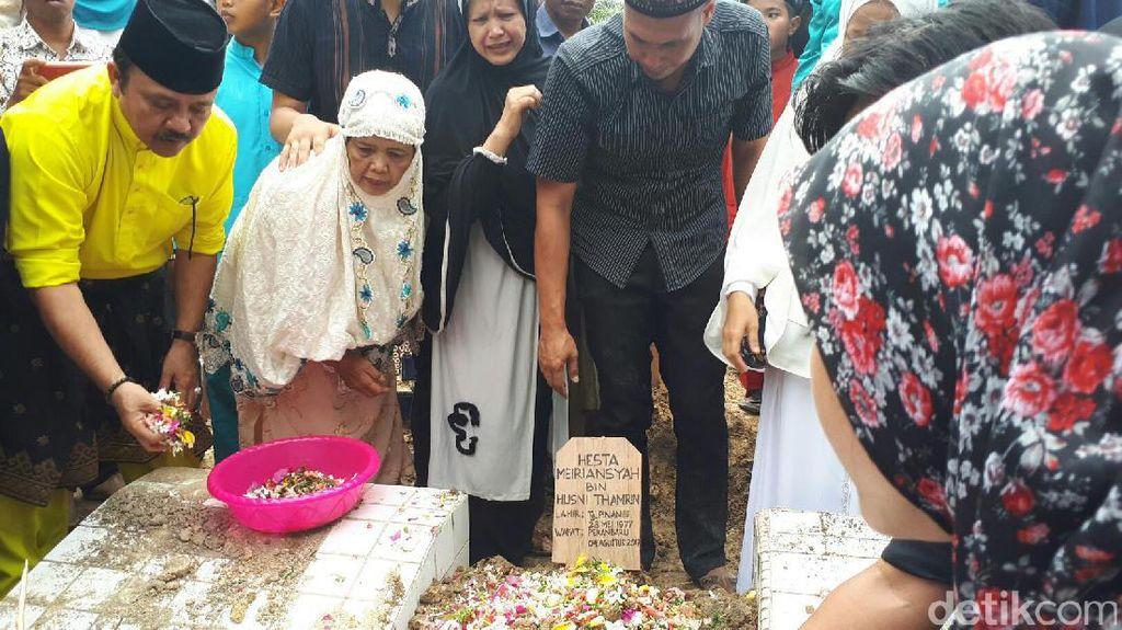 Isak Tangis Warnai Pemakaman dr Ryan Thamrin di Pekanbaru
