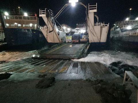 Antrean Truk yang tertahan di Pelabuhan