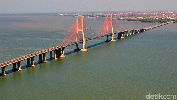 Jembatan Suramadu di Indonesia.