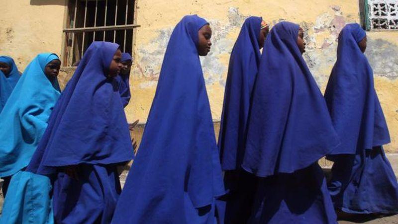 Di Somalia, Afrika kebanyakan anak sekolah memakai seragam berwarna biru. Karena mayoritas penduduk beragama Islam, para pelajar perempuan pun juga memakai jilbab (Reuters)