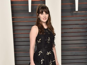 Zooey Deschanel Jadi Belle di Panggung Broadway Beauty and the Beast