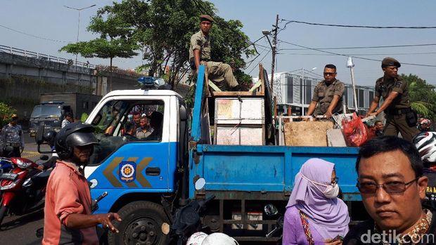 Barang hasil penertiban trotoar dibawa petugas Satpol PP menggunakan truk