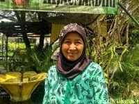 Ini Ibu Esty, salah satu pengelola warung hidup di Kebon Kosong.