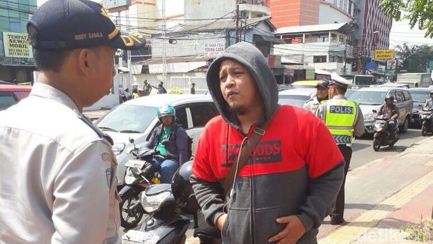 Selain Ditilang, Penerobos Trotoar Dewi Sartika Dihukum Squat Jump