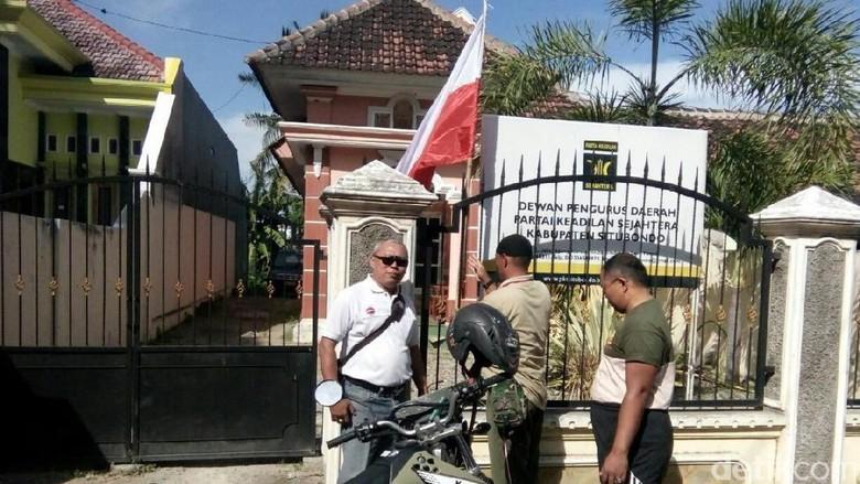 Pemasangan Bendera Merah Putih di Kantor PKS Situbondo Terbalik