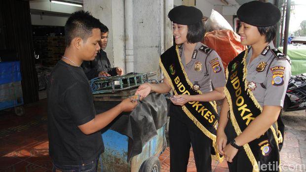 Polwan bagi-bagi vitamin di Malioboro, Yogyakarta
