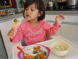 Manfaat Memberi Kesempatan Anak Belajar Makan Sendiri