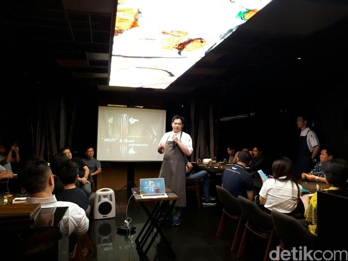 Chef Andri Dionysius membahas tentang seluk beluk proses aging atau pelayuan kepada peserta Meat & Greet - Dry Aged Meat Masterclass di AB Steak (5/8). Ada 48 peserta berpartisipasi dalam kegiatan ini.