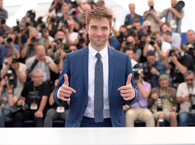 Putus dari FKA Twigs, Robert Pattinson Gandengan dengan Cewek Lain