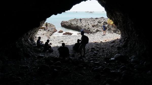 Ada beberapa gua di Pulau Kunti yang berada di pinggiran tebing. Kalau kepanasan, bisa berteduh di sini (Mukhlis/detikTravel)