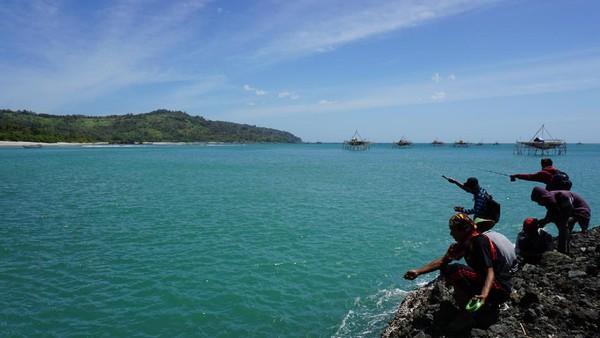 Kamu bisa snorkeling di Pulau Kunti dan berenang. Lautnya memang menggoda (Mukhlis/detikTravel)