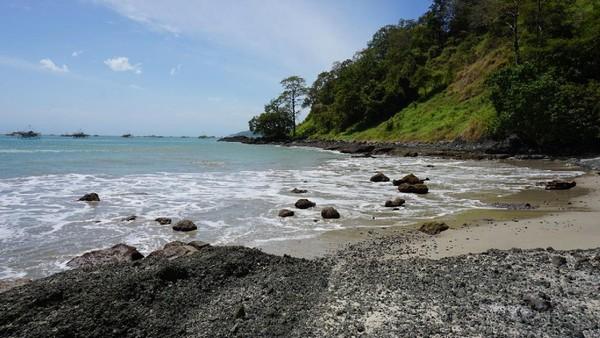 Pulau Kunti dihiasi dengan pasir putih, air laut yang begitu jernih dan batu karang yang begitu eksotis (Mukhlis/detikTravel)