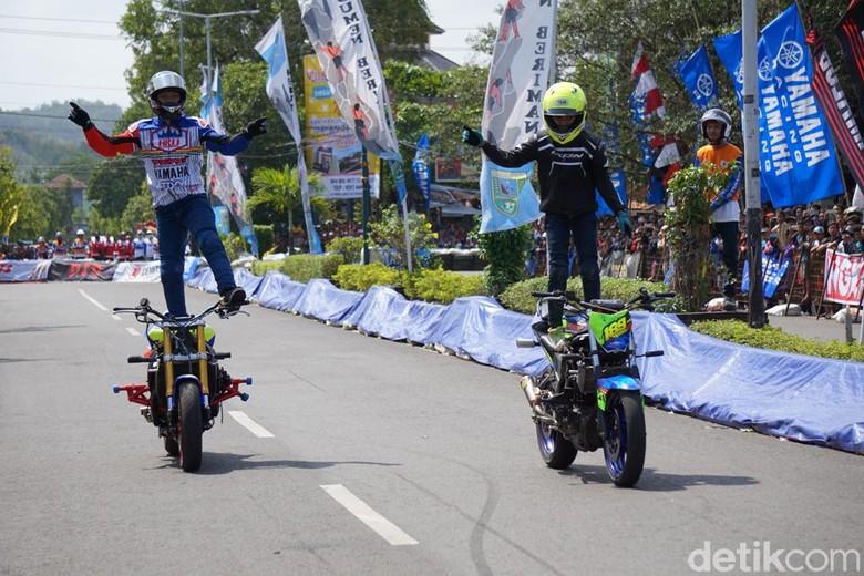 Aksi freestyle Wawan Tembong dan Wahyu Nugroho yang nggak kalah sama stuntman Jokowi. Foto: dok. Yamaha