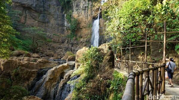 Curug Cimarinjung tinggi menjulang sekitar 45 meter. Debit airnya pun deras banget. Curug ini mengalir di tengah lereng perbukitan batuan tertua di Pulau Jawa (Mukhlis/detikTravel)