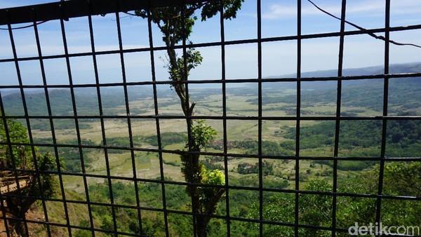 Bukit Panenjoan sendiri berarti tempat untuk melihat dalam bahasa Sunda. Dari bukit ini, bisa terlihat Desa Ciwaru, Desa Mandra Jaya dan Desa Mekar Sakti. Bukit diberi teralis pelindung agar traveler merasa aman (Mukhlis/detikTravel)