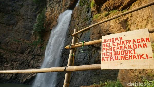 Jika musim hujan, debit air Curug Cimarinjung akan bertambah deras. Pengelola melarang wisatawan berenang di lokasi. Ada papan larangan melewati pagar pengaman atau duduk-duduk di atas pagar (Mukhlis/detikTravel)