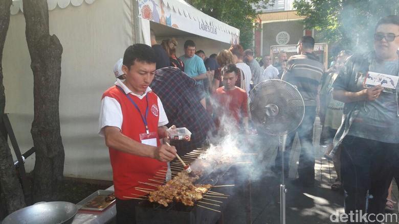 Nasi Goreng dan Sate Laris Diburu WN Rusia di Festival Indonesia
