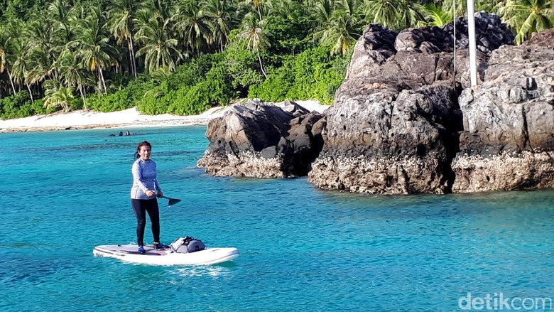 Susi Pudjiastuti main paddle board (Eduardo Simorangkir)