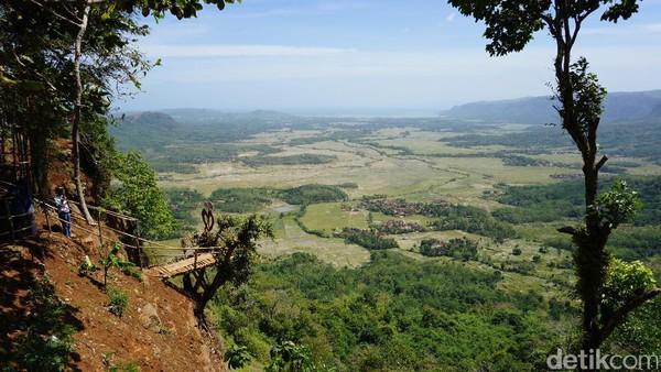 Bukit Panenjoan jadi spot pertama yang mesti dilihat traveler kalau main sampai ke Geopark Ciletuh. Pemandangan alam dari bukit ini dijamin memanjakan mata wisatawan (Mukhlis/detikTravel)