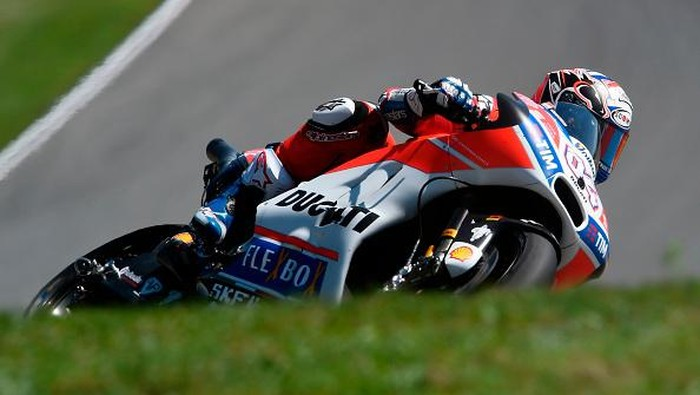 Ducati Teams Italian rider Andrea Dovizioso rides his Ducati during the qualification of the Moto GP Grand Prix of the Czech Republic in Brno on August 5, 2017. / AFP PHOTO / Michal Cizek        (Photo credit should read MICHAL CIZEK/AFP/Getty Images)