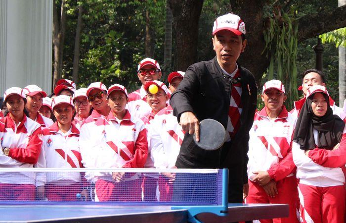 Begini gaya Presiden Jokowi saat bermain tenis meja di halaman tengah Istana Kepresidenan, Jl Medan Merdeka Utara, Jakarta, Senin (7/8/2017) pagi.