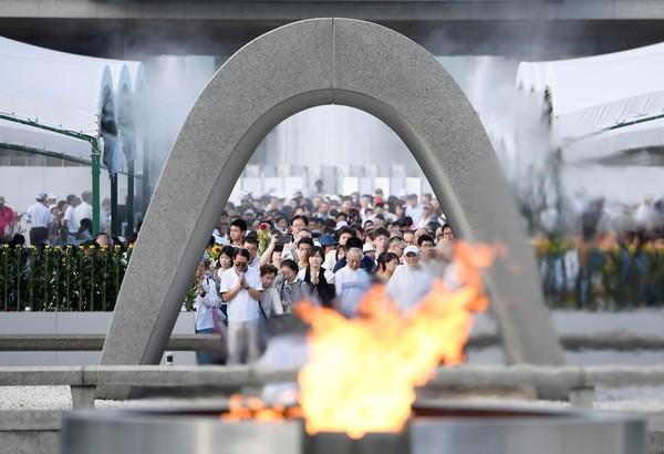 Foto: Peringatan 72 tahun serangan bom atom di Hiroshima berlangsung di Taman Peringatan Perdamaian Hiroshima dekat ground zero (Reuters)