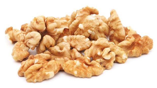 Walnuts bisa untuk membersihkan meja kayu.