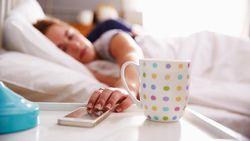 Stop Kebiasaan Buka Handphone Saat Bangun Tidur! Ini Alasannya