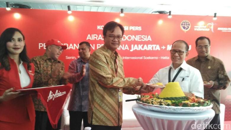 Foto: Dendy Kurniawan, GroupCEO AirAsia Indonesia saat penyerahan tumpeng (Wahyu/detikTravel)