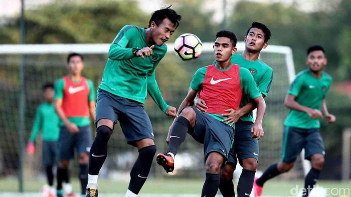 Sepakbola merupakan salah satu olahraga dengan banyak penggemar. Namun hati-hati, bermain sepak bola bisa berisiko pada kesehatan otak. (Foto: Grandyos Zafna)