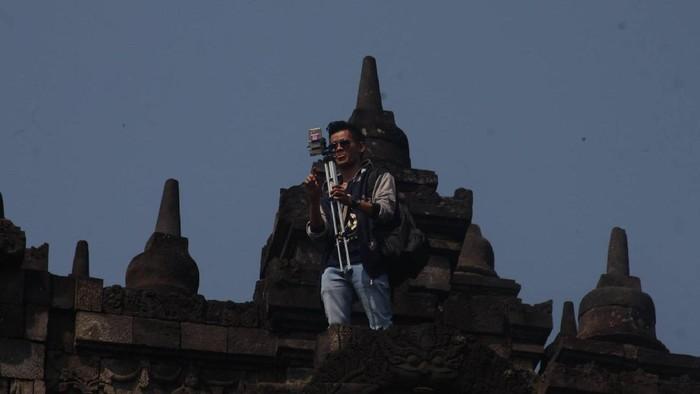 Wisatawan Panjat Candi Petugas Keamanan Di Borobudur Akan