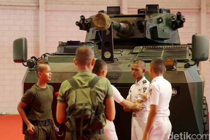 Panser Pindad juga ikut dipamerkan dalam acara festival yang baru dua kali digelar ini yakni Panser Badak dengan canon 99 mm, serta kendaraan lapis baja ringan jenis komodo.