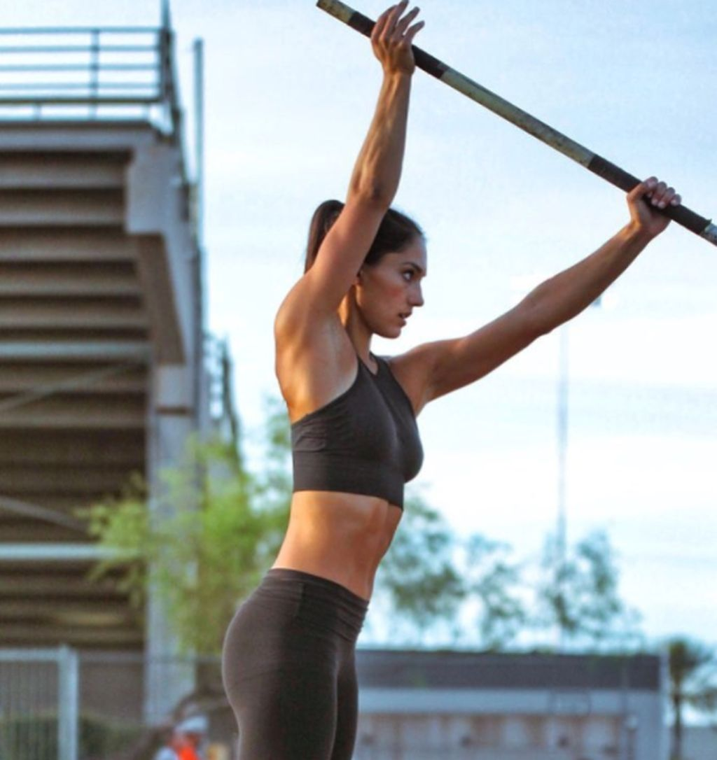 Allison Stoke ketika beraksi olahraga lompat galah. Dia populer di media sosial dengan ratusan ribu pengikut. Foto: Instagram
