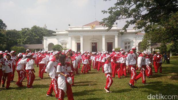 Presiden Jokowi bermain tenis Meja bersama Erick Thohir dan Susi Susanti.