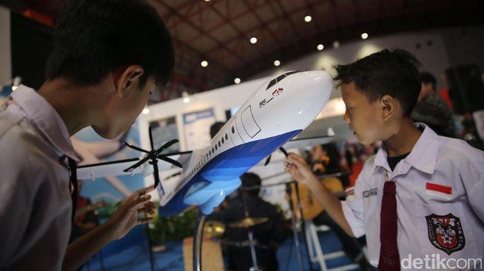 Presiden Joko Widodo (Jokowi) telah menerbitkan Peraturan Presiden Nomor 58 Tahun 2017 tentang Proyek Strategis Nasional. Lampiran Perpres tersebut mencantumkan 248 proyek yang masuk program Percepatan Pelaksanaan Proyek Strategis Nasional, salah satu pesawat R80.