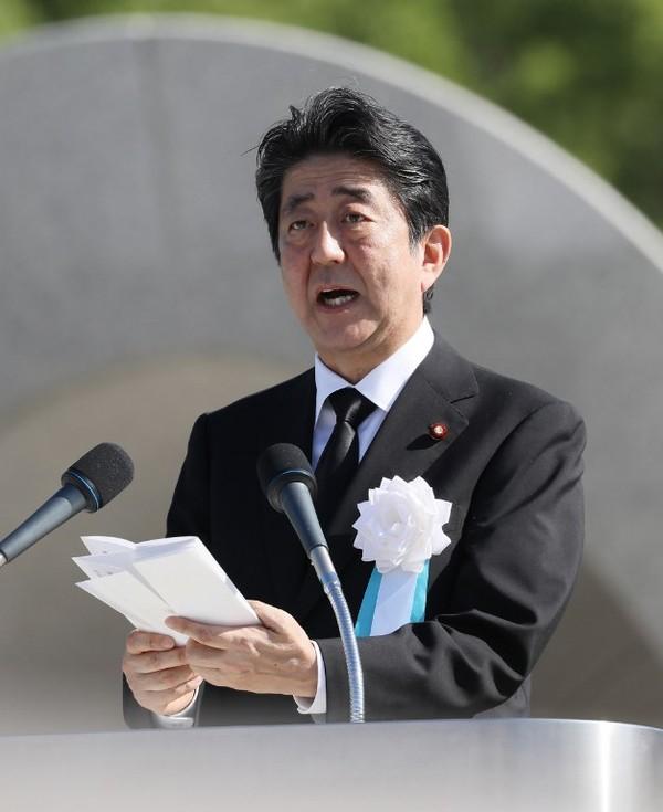 Foto: Perdana Menteri Jepang Shinzo Abe hadir dan menyampaikan sambutan pada peringatan 72 tahun bom atom Hiroshima (Jiji Press/AFP)