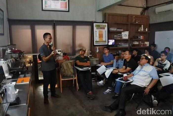 Aris Kadarsiman selaku Lecture Indonesian Coffee Academy memulai acara dengan menjelaskan kembali jenis kopi hingga proses pengolahan kopi. (Foto: detikFood)