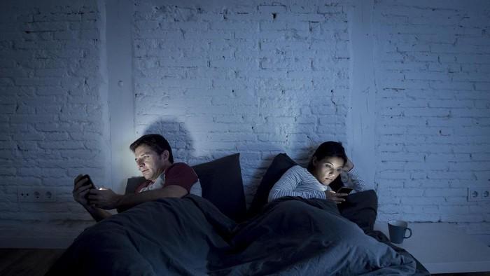 Bahayanya main gadget gelap-gelapan. Foto: Ilustrasi/Thinkstock