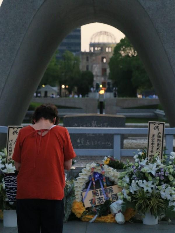 Foto: Taman Peringatan Perdamaian pun ramai dikunjungi orang-orang dari berbagai daerah. Para pengunjung berdoa di depan tugu peringatan bom atom, suasana haru pun terasa di sana (Jiji Press/AFP)