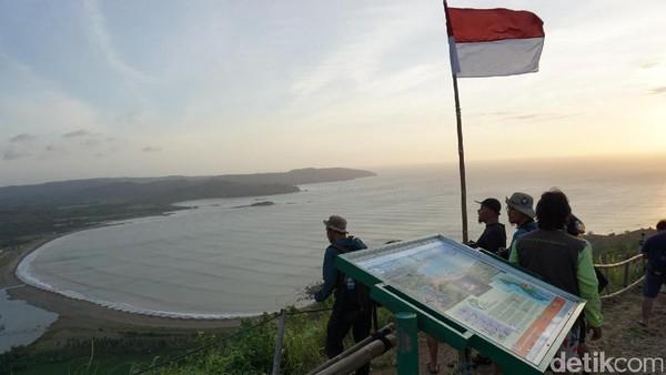 Spot selanjutnya adalah Puncak Darma, yang juga berada di Geopark Ciletuh, Sukabumi, tepatnya di Kecamatan Ciemas. Dari Puncak Darma kamu bisa melihat spot wisata lain di Geopark Ciletuh, dari Pantai Palangpang, Pulau Kunti, hingga Teluk Ciletuh (Mukhlis/detikTravel)
