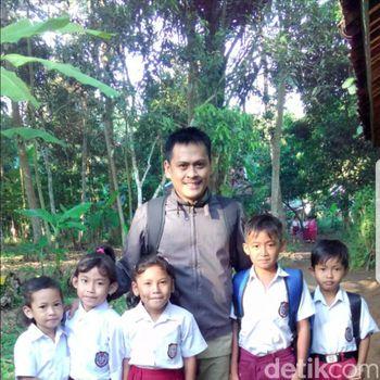 Perjuangan Guru Honorer di Cianjur Naik Perahu Bocor Untuk Mengajar