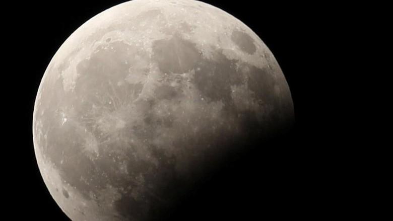 Ilustrasi gerhana bulan sebagian (Reuters)
