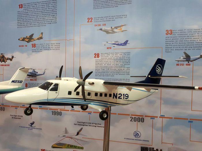 Meski dipamerkan dalam bentuk miniatur atau replika, para pengunjung bisa melihat langsung bentuk asli dari pesawat buatan Bandung tersebut. Pool/Dok. PTDI
