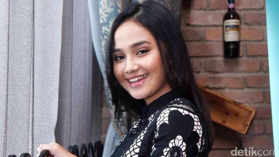 Senyum Manis Syifa Hadju