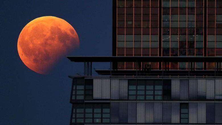 Potret Cantiknya Gerhana Bulan Sebagian di Berbagai Belahan Dunia